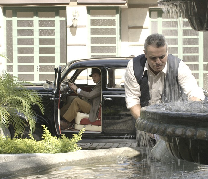 Homem se deixa levar pela boa aparência de Romeu e perde o carro (Foto: TV Globo)