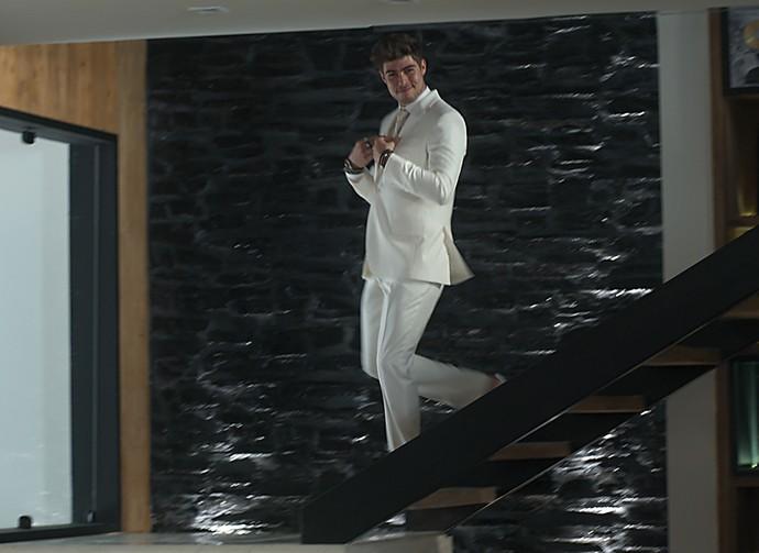 Léo está empolgado com seu look do casório (Foto: TV Globo)