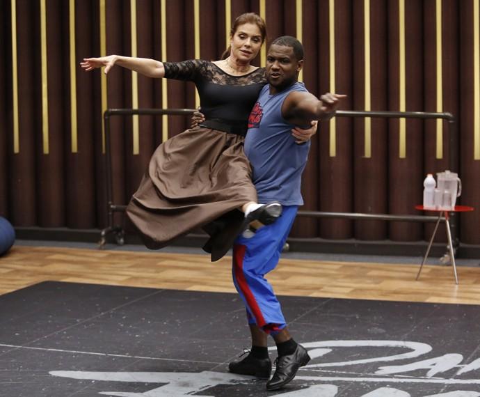 Françoise Forton flutua na pista de dança (Foto: Fábio Rocha / Gshow)