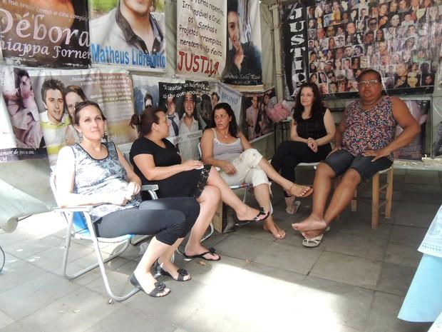 Mães de vítimas se reúnem em tenda no Centro de Santa Maria (Foto: Felipe Truda/G1)