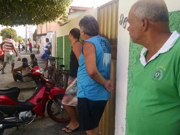 Grupo de pessoas se reúne na frente da casa do jogador Bruno Rangel (Foto: Cleber Rodrigues/ Inter TV RJ)