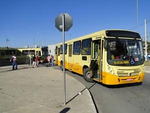 Ônibus bloqueava entrada da Estação São Gabriel, em BH, nesta manhã. (Foto: Pedro Ângelo/G1)