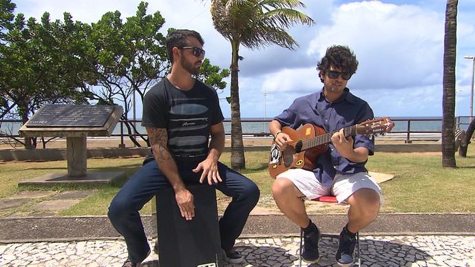 Rafael Pondé, no violão, e Rodrigo Ferrari, no cajón, apresentam novo álbum (Foto: TV Bahia)