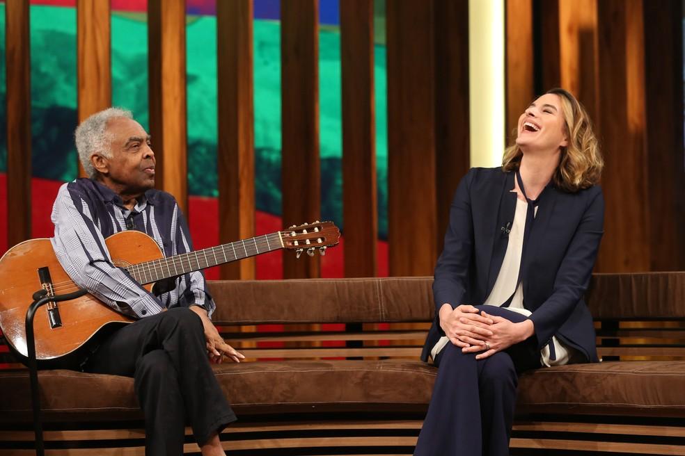 A jornalista Camila Appel, que faz parte da equipe da atração, e o músico Gilberto Gil (Foto: Carol Caminha/Gshow)