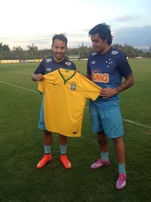 Éverton Ribeiro e Ricardo Goulart posam com a camisa da seleção brasileira na Toca (Foto: Divulgação Cruzeiro)