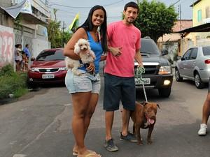 Casal levou dois dos seus quatro animais e estimação para protestar (Foto: Indiara Bessa/ G1 AM)