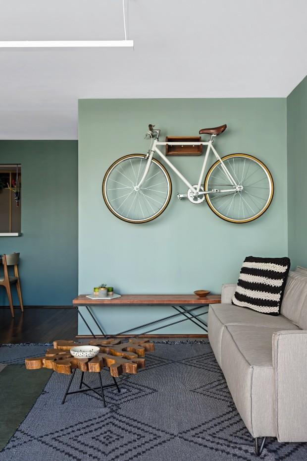 O porta-bike Velô, da Guará Mobília, traz o clima de metrópole ao apartamento localizado no Edifício Azul. No sofá, almofada Listra Preta, da Señorita Galante. Tapete Mesclado Conza, da Urda (Foto: Edu Castello / Editora Globo)
