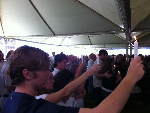 Velas foram acessas em memória aos 237 mortos no incêndio (Foto: Felipe Truda/G1)