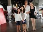 Edson Celulari vai com a namorada e a filha a musical no Rio