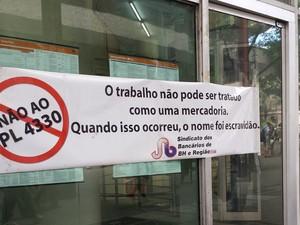 Sindicalistas bancários afixaram faixa contra a PL 4330 (Foto: Michele Marie / G1)
