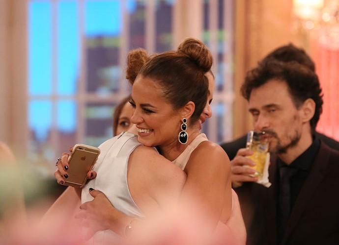 Paolla Oliveira dá aquele abraço apertado na amiga (Foto: Isabella Pinheiro/Gshow)