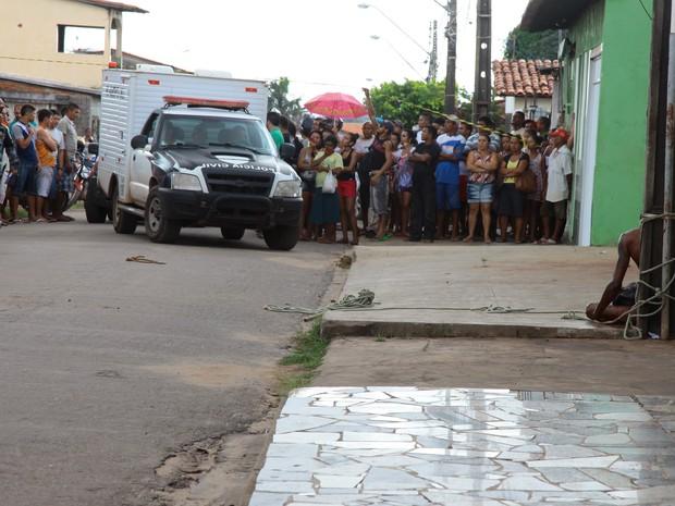 Suspeito de tentar assaltar bar é linchado no Jd. São Cristóvão, em São Luís (Foto: Biné Morais / O Estado)