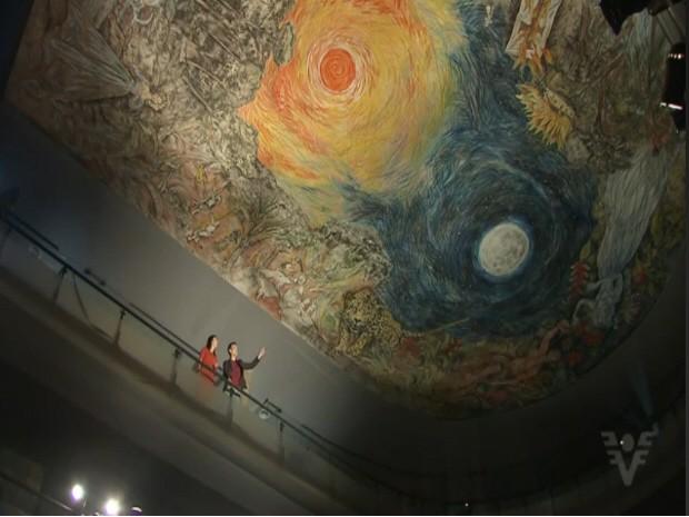 Nova pintura foi feita no teto do teatro. Incêndio destruiu obras originais de Benedito Calixto. (Foto: Reprodução / TV Tribuna)