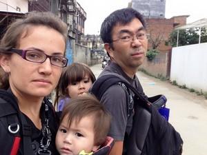 Família Otake enquanto aguardavam orientações após primeiro tremor (Foto: Nádia Otake/ Grassroots News International)