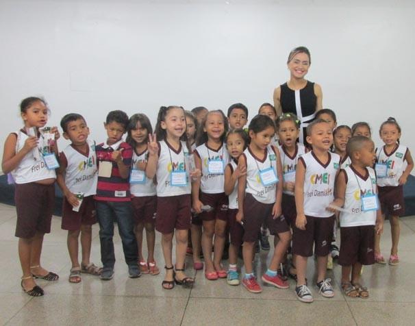 Aline Moreira, apresentadora do PITV 1ª Edição com os alunos da Escola Municipal Frei Damião (Foto: Laurivânia Fernandes)
