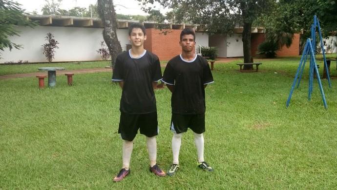 Leandrinho (à direita) e Juninho (à esquerda) estão nas categorias de base do Atlético Cambé e tentam realizar o sonho de conseguir a profissionalização no futebol (Foto: Leandro Bramini / Arquivo pessoal)