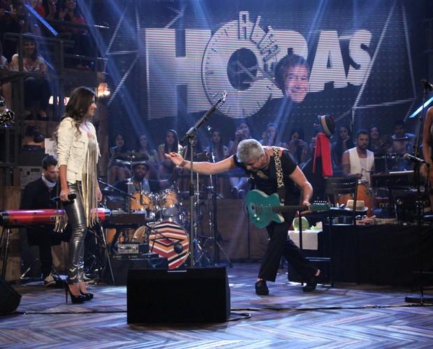 A primeira a cantar com Lulu Santos foi Paula Fernandes com 'Apenas uma de amor' (Foto: TV Globo/Altas Horas)