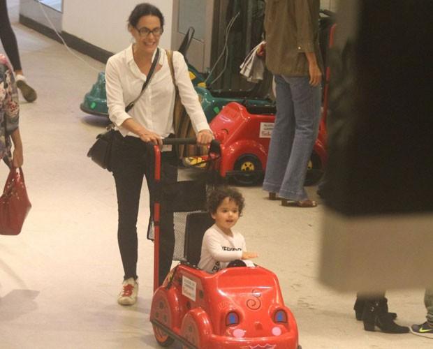 Carolina Ferraz e a filha caçula, Anna Isabel (Foto: AgNews)