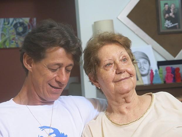 O irmão Ricardo e a mãe Dona Nilda, lembram com carinho de Alexandre (Foto: Guilherme Lucio / G1)