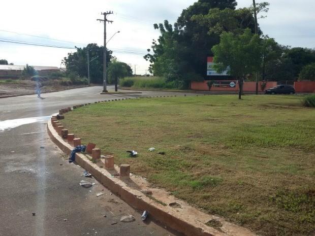 Motociclista morreu em rotatória (Foto: Osvaldo Nóbrega/TV Morena)