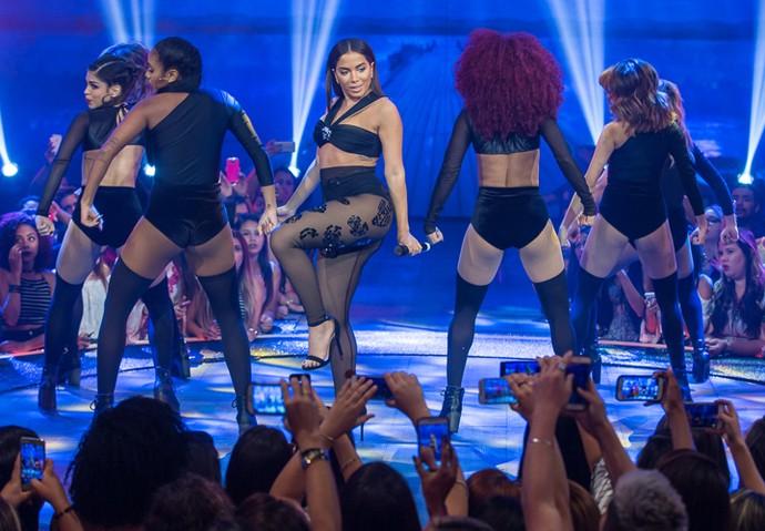 Olha ela! Anitta canta 'Sim ou Não' (Foto: Artur Meninea/Gshow)