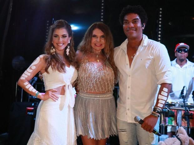 Elba Ramalho com os vocalistas da banda Timbalada em show em Trancoso, na Bahia (Foto: Fred Pontes/ Divulgação)
