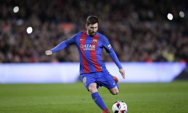 Messi cobra a falta que gerou mais um gol do Barcelona na partida contra o Athletic Bilbao