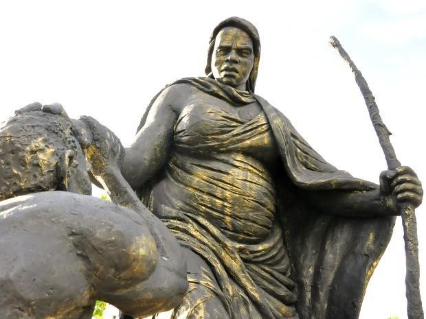 Estátua de Mãe Bonifácia no parque que leva o nome da curandeira negra (Foto: Renê Dióz/G1)