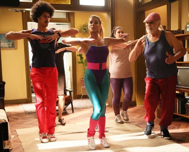 Turma animada! Inês dá aula de ginástica na casa de Vicente (Foto: Isabella Pinheiro/Gshow)