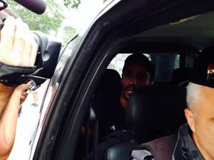 Homem foi levado para a delegacia (Foto: Janaína Ferreira/G1)