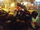 Após colisão com 3 veículos, roda de carro sobe em capô de outro no RS