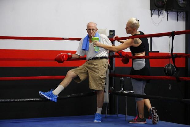 Jim Coppula descansa durante aula de boxe (Foto: Mike Blake/Reuters)