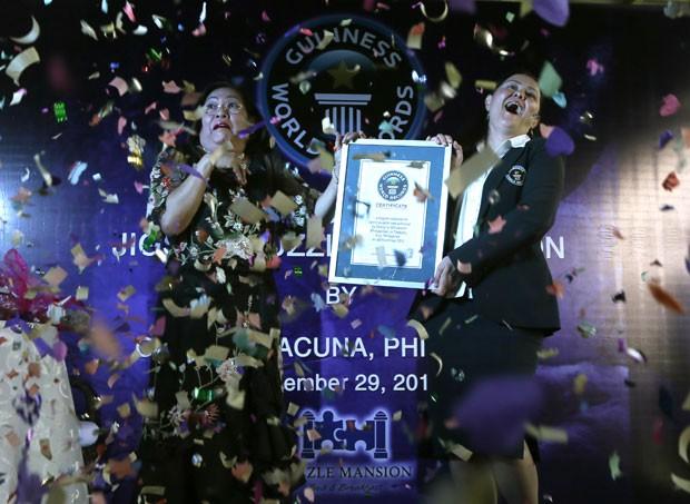 Georgina Gil-Lacuna (à esquerda) entrou para o Guinness como dono da maior coleção de quebra-cabeças. (Foto: Bullit Marquez/AP)