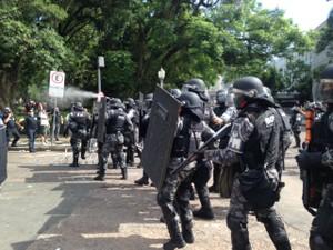 Protesto bala de borracha manifestantes confronto assembleia (Foto: Roberta Salinet/RBS TV)