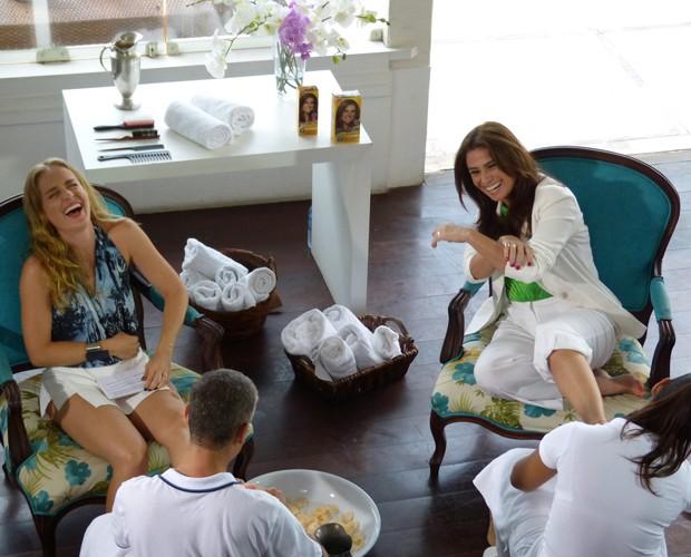 Giovanna Antonelli e Angélica se deliciam com massagem nos pés (Foto: Marcele Bessa / Gshow)