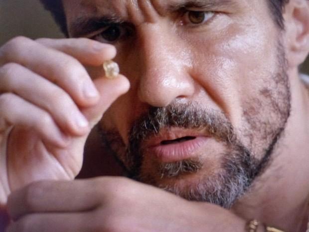 Dionísio avalia diamantes  (Foto: TV Globo)