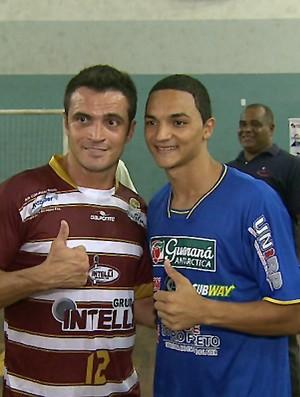 Falcão tira fotos com jogadores do time adversário (Foto: Reprodução EPTV)