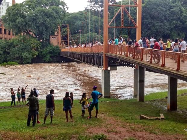 Homem teria sido visto sendo levado pela correnteza no Rio Piracicaba (Foto: Araripe Castilho/G1)