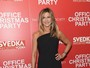 Jennifer Aniston usa look básico em première de 'A última ressaca do ano'