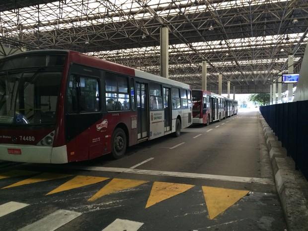 Ônibus parados no Terminal Santo Amaro, em São Paulo (Foto: Tatiana Santiago/G1)