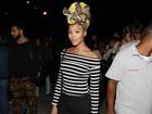 Sheron Menezzes esbanja estilo de turbante em show no Rio