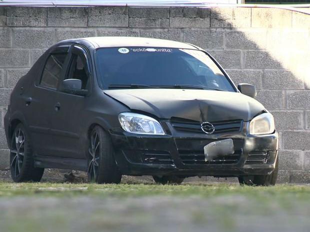 Vítima bateu com o carro após ser atingido por vários disparos, no Espírito Santo (Foto: Reprodução/TV Gazeta)