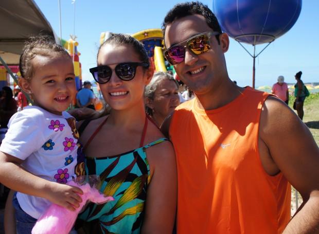 Fabiano e Camila Gualberto levaram a filha Letícia para aproveitar o Domingo em Família (Foto: Daniel Sousa/TV Cabo Branco)
