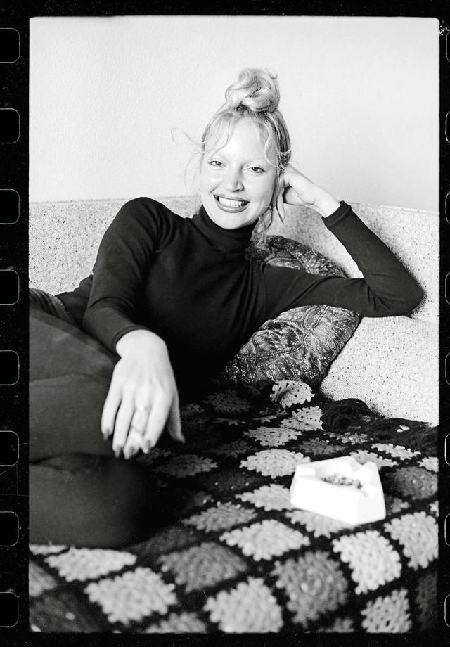 Elke de cara lavada, em 1972; abaixo, com seu visual dos anos 2000  (Foto: Corbis)