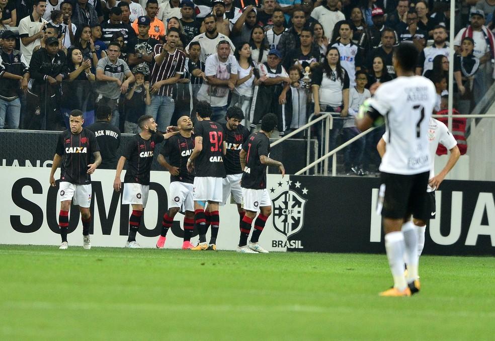 Jonathan fez um golaço e acabou com a invencibilidade de 674 minutos de Cássio, do Corinthians  (Foto: Marcos Ribolli)