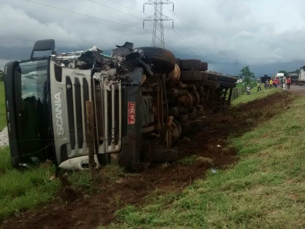 Carreta tombou em rodovia após acidente em Campo Grande (Foto: Edmar Melo/TV Morena)