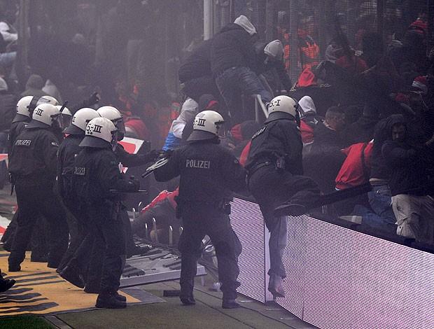Confronto da polícia com a torcida do Colonia no campeonato alemão (Foto: AFP)
