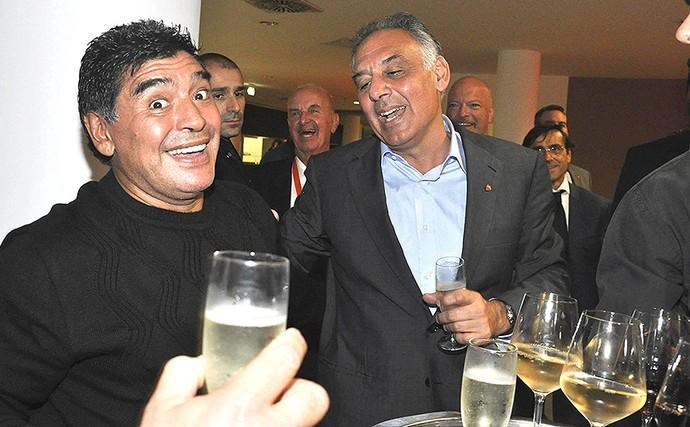 Maradona em festa com o presidente do Roma (Foto: EFE)