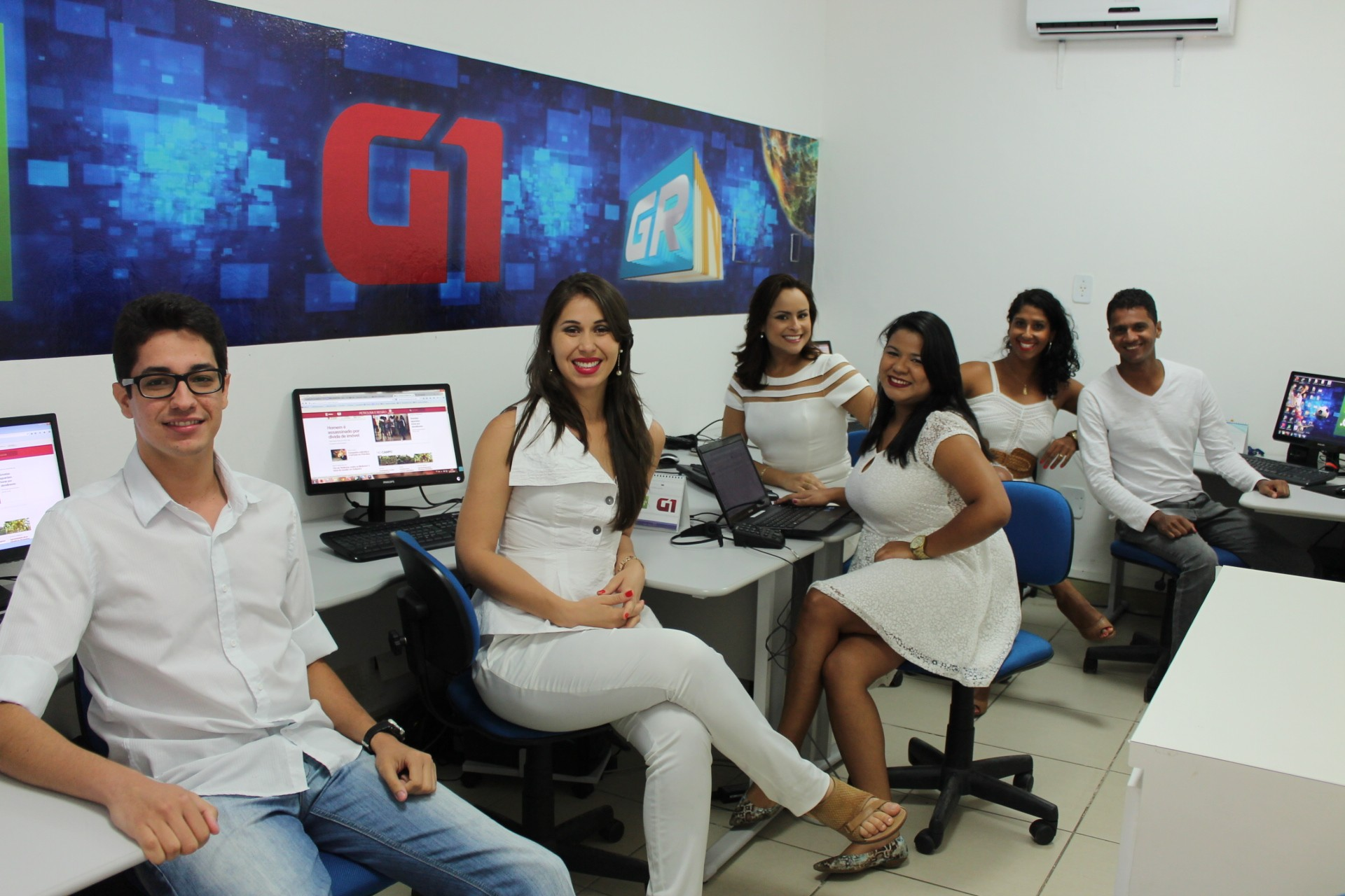 Equipe de jornalismo dos portais da TV Grande Rio gravam mensagem de final de ano (Foto: Gabriela Canário)