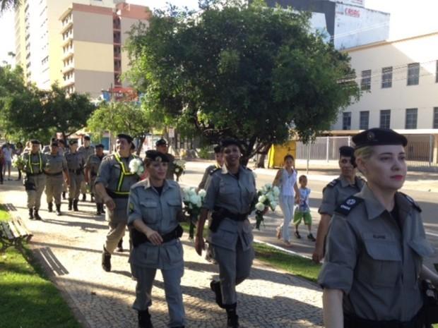 Policiais militares estão distribuindo 10 mil rosas brancas para os manifestantes no Centro de Goiânia, pedindo que os protestos sejam pacíficos (Foto: Guilherme Gonçalves / G1)